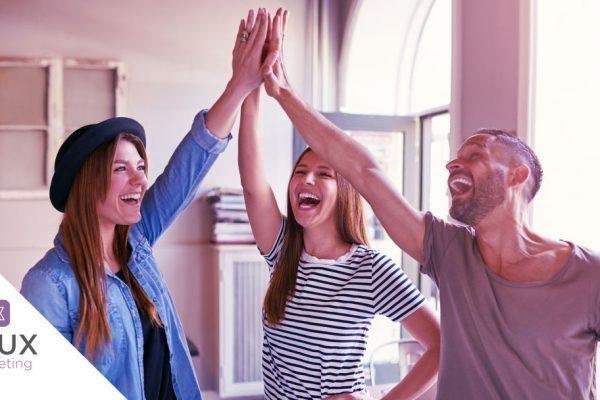 Empreendedores de sucesso comemorando uma conquista