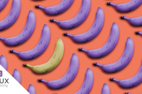 Bananas artificialmente roxas em fundo laranja que exemplificam o significado das cores.